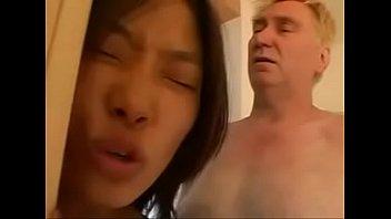 2-ух фигуристых проституток сильнейше отодрали в сауне