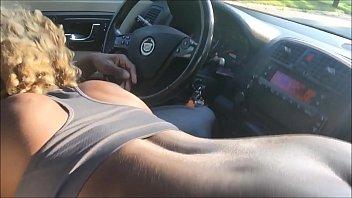 Молодая брюнеточка в черных колготочках онанирует вагину на белом диванчике