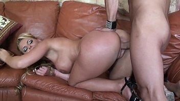 Женщина дрочила на порно фотоснимку, но пришел дерзкий мужчина и возбудил ее до женского оргазма