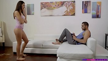 Молодая шлюшка с огромными сисяндрами пытается достойного порно
