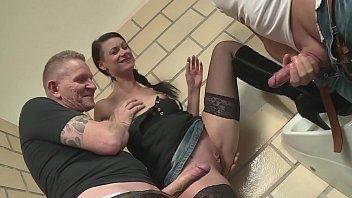 Две девушки с огромной страстью лижут хуи у самцов вскоре после вожделенной ебли