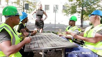 Отсос члена в публичном парке от жидкой девчонки с большими буферами
