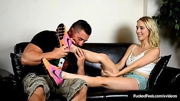 Отчим трахает молодую падчерицу в ее раздолбанную задницу