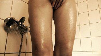 Телка в узких джинсах устраивает стриптиз на подоконнике и дрочит вульву