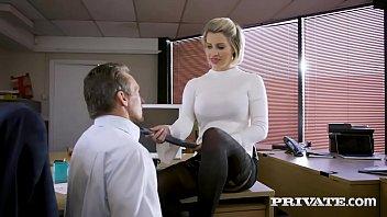 Секретарша с большой попочкой даёт руководству во все вульвы