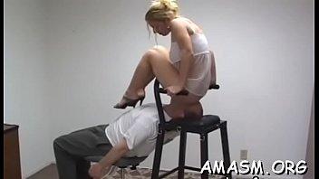 Негр и белая девушка смотрят собственное порева во время порно в кроватки