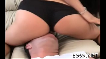 Размеренный юноша уговорил брюнеточку на секс