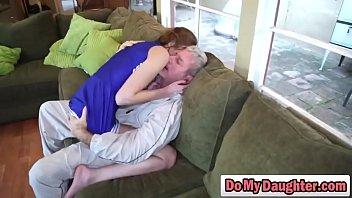 Мать очень глубоко поглощает пенис и ебется с кавалером на лестнице