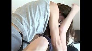 Молодая парочка осталась наедине и развлеклась на большом кровати