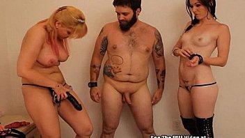 Жёнушка надела рваные шортики и вовсю раскорячилась для супружеского пиздолизания