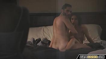 Два братика и их друг на виду у отца на диванчике сосут и ласкают друг другу пенисы