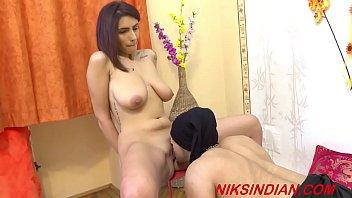 Порно госпожа подрочила рабу вскоре после того, как он приласкал ей анус