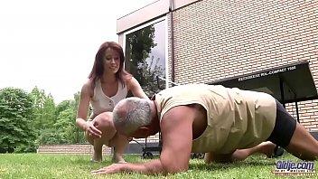 Мужик нашел чем развлечься с красоткой на досуге и впервые выебал ее в задница
