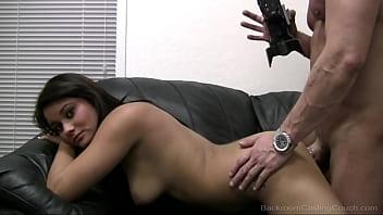Испанка с шикарными волосиками мастурбирует в номере отеля