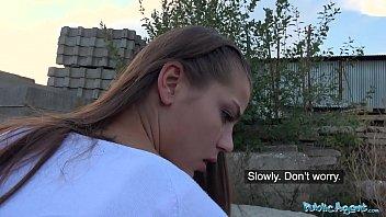Престарелый ловелас дрочит письку молодой девке на чердаке