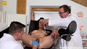 Азиатская массажистка пососала конец клиента и села на него киской
