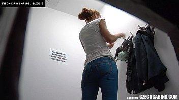 Молодая девушка нашла любовную записку в кармане молодого человека и наказала его изменой