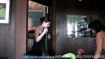 Студентка в розовых трусишках танцует перед зеркалом и крутит задницей