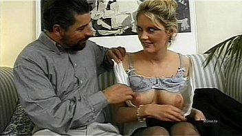 Русска супружеская парочка решили позабавиться анально-вагинальным сексом в большой ванной перед вебкой