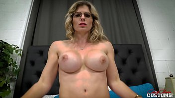 Девушка в сетчатой кофте красуется огромный попой и насаживается задним проходом на пенис