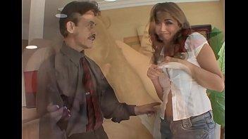 Девчоночка в нейлоновых чулках и в красивой униформе сношается с длинноволосым супругом на диване