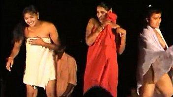 Вагинальный перепихон со тонкой женщиной с пирсингом в киске